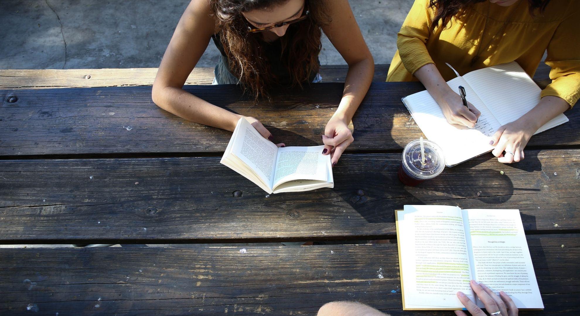 Capa do artigo A inclusão da conversação nos estágios iniciais do aprendizado do inglês