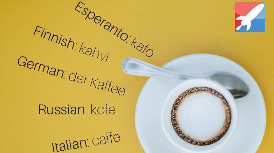 Xícara de Café. Ao lado, sua tradução em diversas linguas. Esperanto, Finlandês, Alemão, Russo, Italiano.